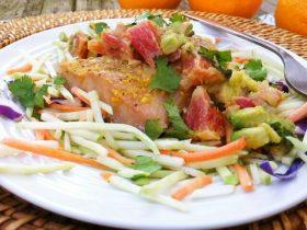 Stekt fisk med blodapelsinsalsa och broccolislaw
