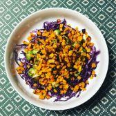 Varm sötpotatis- och brysselkålssallad